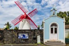 Molino de viento de Pico Vermelho en la costa del sao Miguel Island Imágenes de archivo libres de regalías