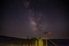 Molino de viento debajo de las estrellas de la noche Fotos de archivo libres de regalías