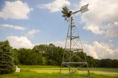 Molino de viento debajo del cielo azul Fotos de archivo libres de regalías