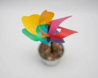 Molino de viento del arco iris en un palillo en un pote Imagen de archivo