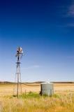 Molino de viento del campo imagenes de archivo