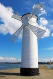Molino de viento del faro en Swinoujscie, Polonia Fotos de archivo libres de regalías