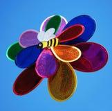 Molino de viento del juguete contra el cielo azul. Fotografía de archivo libre de regalías