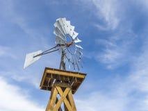 Molino de viento del vintage contra un cielo azul Imagen de archivo