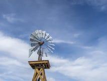 Molino de viento del vintage contra un cielo azul Imágenes de archivo libres de regalías