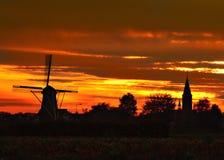 Molino de viento e iglesia en Weert-Tungelroy fotos de archivo libres de regalías