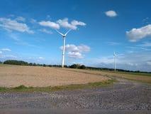 Molino de viento eléctrico de la turbina con paisaje y el cloudscape del cuento de hadas fotografía de archivo