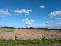 Molino de viento eléctrico de la turbina con paisaje y el cloudscape del cuento de hadas fotografía de archivo libre de regalías