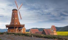 Molino de viento en campo fotografía de archivo libre de regalías