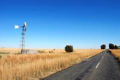 Molino de viento en campo Imagen de archivo libre de regalías