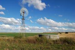 Molino de viento en campo Imagenes de archivo