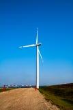 Molino de viento en campo foto de archivo