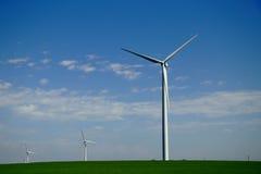 Molino de viento en campo verde imagen de archivo libre de regalías