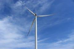 Molino de viento en cielo azul Imagen de archivo libre de regalías