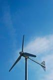 Molino de viento en día del cielo azul Imágenes de archivo libres de regalías
