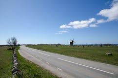 Molino de viento en el borde de la carretera Imagen de archivo libre de regalías