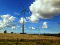 Molino de viento en el campo fotos de archivo libres de regalías