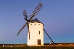 Molino de viento en el campo Imágenes de archivo libres de regalías
