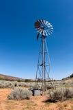 Molino de viento en el desierto Fotografía de archivo