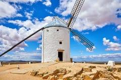 Molino de viento en el La Mancha de Consuegra Castilla de la loma Foto de archivo