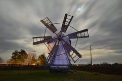 Molino de viento en el pueblo Belinci Shumen Bulgaria fotos de archivo