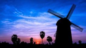 Molino de viento en el tiempo crepuscular Foto de archivo