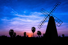 Molino de viento en el tiempo crepuscular Fotos de archivo libres de regalías