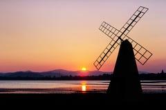 Molino de viento en el tiempo crepuscular Imagen de archivo libre de regalías
