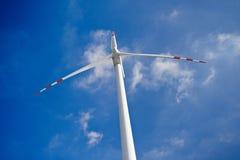 Molino de viento en fondo del cielo azul Fotografía de archivo