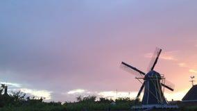 Molino de viento en Holanda en 1080 p almacen de metraje de vídeo