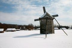 Molino de viento en la aldea Imágenes de archivo libres de regalías