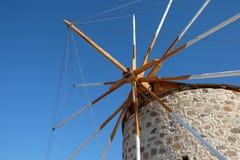 Molino de viento en la ciudad de Kefalos Foto de archivo libre de regalías