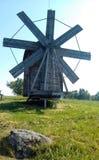 Molino de viento en la colina imágenes de archivo libres de regalías