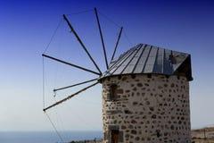 Molino de viento en la costa Imagenes de archivo
