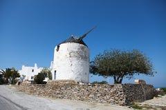Molino de viento en la isla de Paros imagenes de archivo