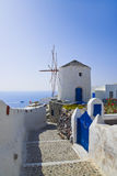 Molino de viento en la isla de Santorini, Grecia Imagen de archivo libre de regalías
