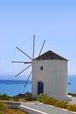 Molino de viento en la isla de Santorini, Grecia Fotografía de archivo libre de regalías