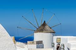 Molino de viento en la isla griega de Santorini en el pueblo de Oia Fotos de archivo libres de regalías