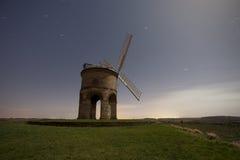 Molino de viento en la noche Foto de archivo libre de regalías