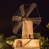Molino de viento en la noche Foto de archivo