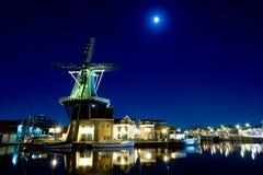 Molino de viento en la noche Fotografía de archivo libre de regalías