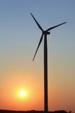Molino de viento en la oscuridad - cielo claro Fotos de archivo