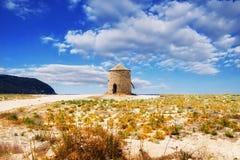 Molino de viento en la playa de Gyra, Lefkada Foto de archivo libre de regalías