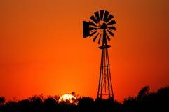Molino de viento en la puesta del sol Imágenes de archivo libres de regalías