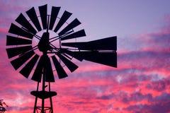 Molino de viento en la puesta del sol fotografía de archivo