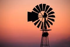 Molino de viento en la puesta del sol Foto de archivo libre de regalías