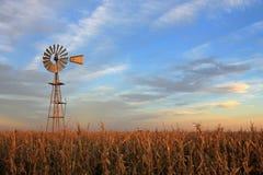 Molino de viento en la puesta del sol, la Argentina del westernmill del estilo de Tejas Foto de archivo