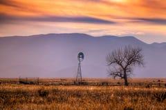 Molino de viento en los llanos de Colorado fotografía de archivo
