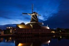 Molino de viento en los Países Bajos durante hora azul Imagenes de archivo
