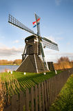 Molino de viento en paisaje holandés Imagen de archivo libre de regalías